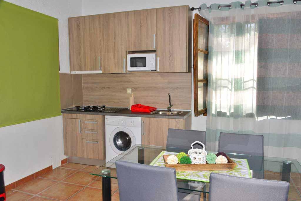 casas-rurales-rio-tus-batan-salon-cocina-8